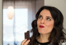 Frau genießt vegane Schokolade