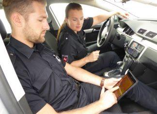 Polizei mit Tablet