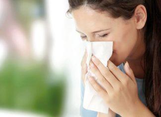 Erkältung - Frau mit Taschentuch