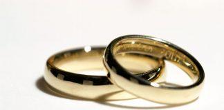 zwei Eheringe auf weißem Grund