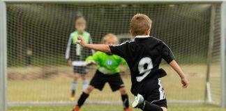 Tor und Fußball spielende Kinder