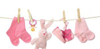 Kindersachen an einer Wäscheleine