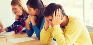 Schüler sitzen am Tisch