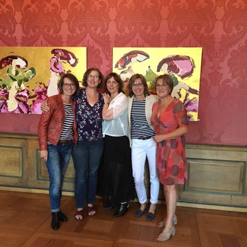 Frauen im museum kennenlernen
