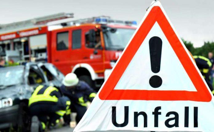 Unfallschild - Autounfall - Hilfskräfte