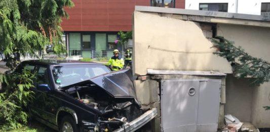 Volvo prallt in Garage