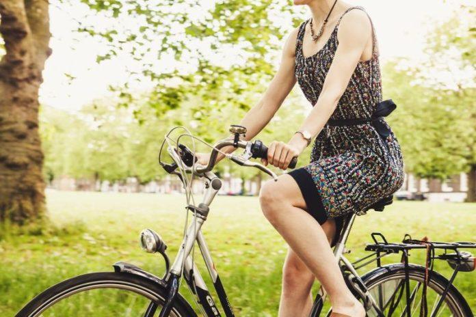 Frau auf Fahrrad_Park_©Pixabay(Pexels)