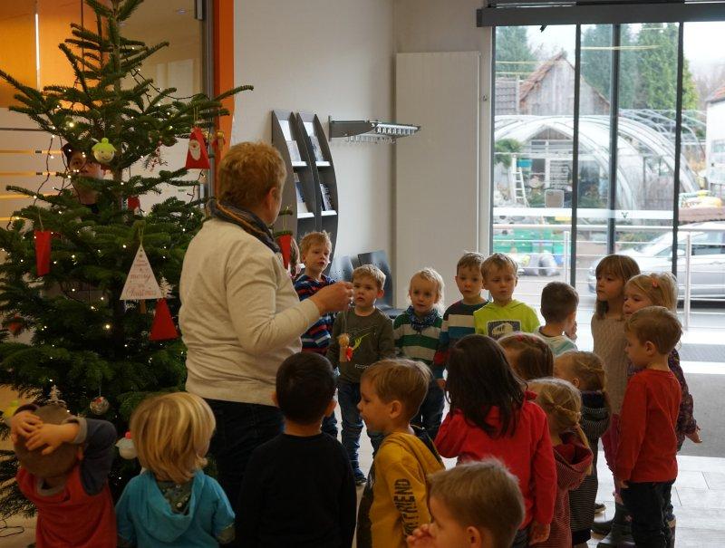 Weihnachtsbaum Tradition.Schöne Tradition Kindergartenkinder Schmücken Weihnachtsbaum Der