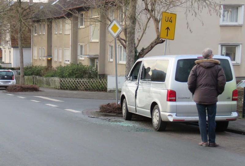 beschädigter VW Bus_Unfallflucht_Bad Pyrmont