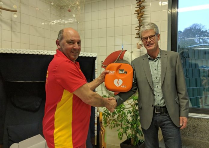 Übergabe_AED_Thomas Ende_Hans-Ulrich Peschka