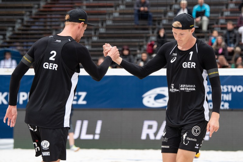 shake hands_Rattenfänger-Beach-Team_FIVB