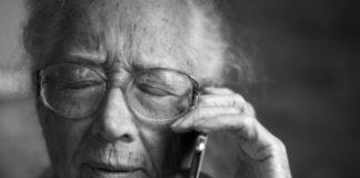 Seniorin Rentern Telefon Betrug Polizei