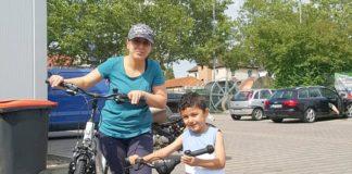 Kader K. und Sohn Cudi mit FahrrädernKader K. und Sohn Cudi mit Fahrrädern