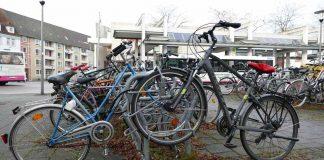 Ohne Schutze stehen die Fahrräder am Hamelner Bahnhofparken in Hameln