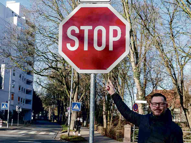 Fahrlehrer Heiko Murr mit dem am häufigsten missachteten Stoppschild